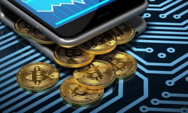 Un po' di Bitcoin in moneta mentre escono da un telefono cellulare