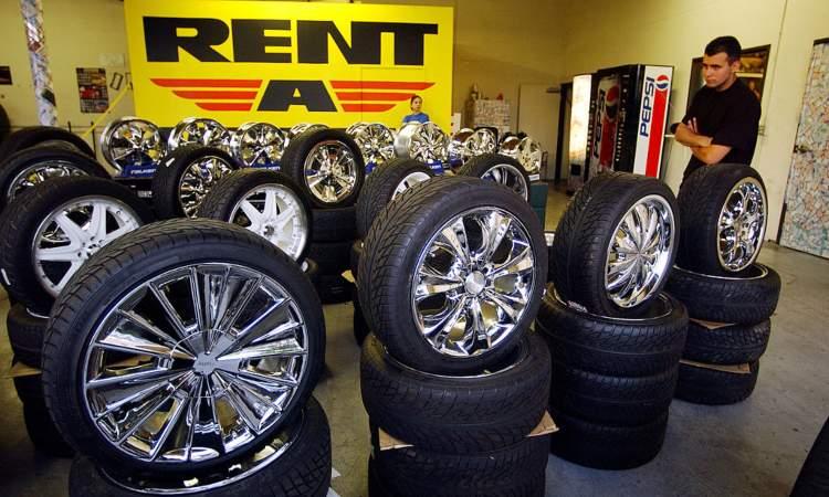 Un po' di ruote in esposizione dentro un locale