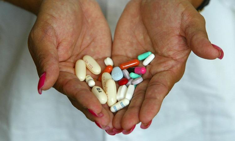 Alcune pillole tenute da una persona