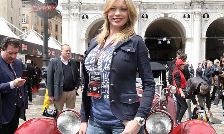 Anna Falchi in posa di fronte a un auto d'epoca