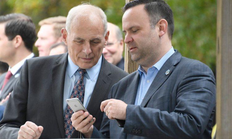 Due uomini mentre guardano lo schermo di uno smartphone