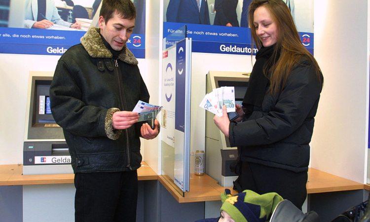 Due persone tengono fra le mani un po' di banconote
