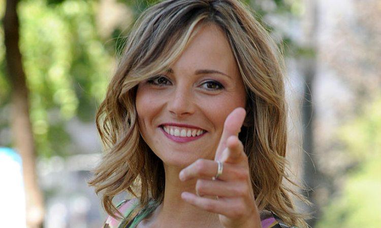 Francesca Fialdini scherza con la macchina fotografica