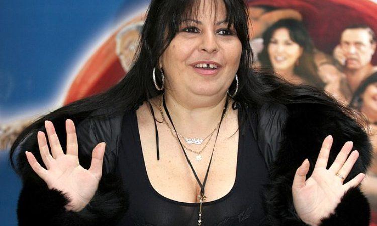 Sconsy di Zelig fotografata con vestito nero