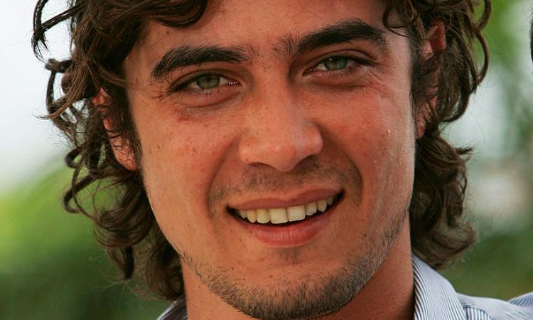Riccardo Scamarcio in posa sorridente