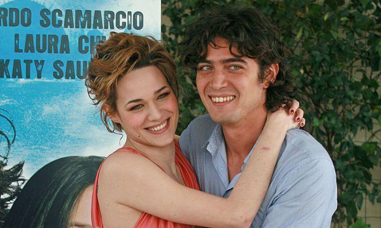 Scamarcio e Chiatti abbracciati
