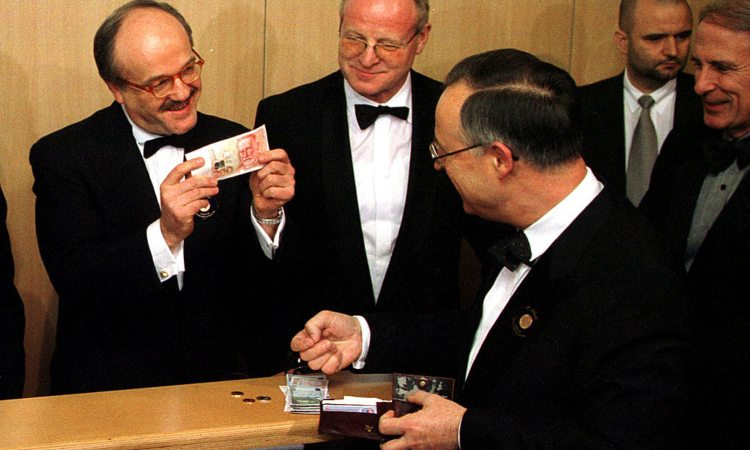 Il ministro delle finanze tedesco del 2002 mostra alcune banconote in euro