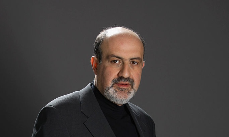 Il saggista Nassim Taleb in posa per una fotografia