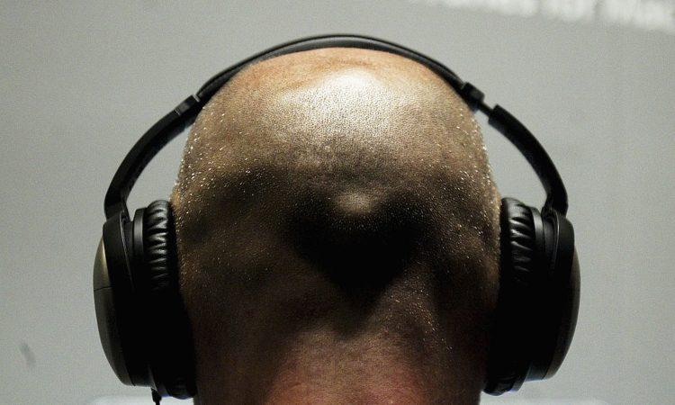 Un uomo con le cuffie alle orecchie