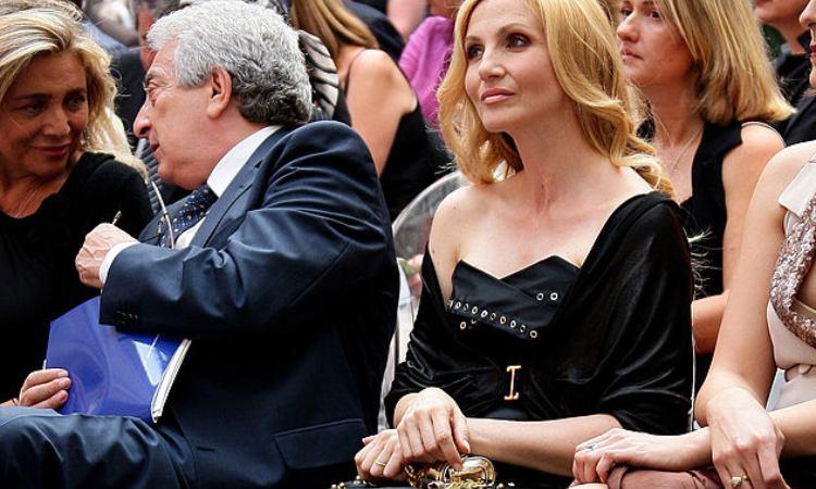 Lorella Cuccarini concentrata a guardare il palco