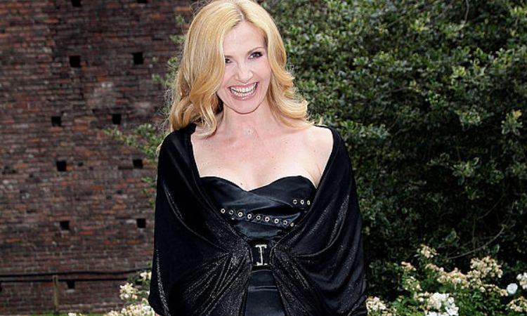 Lorella Cuccarini in posa con un bel sorriso