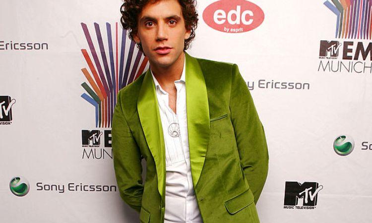 Mika si mostra con una giacca verde