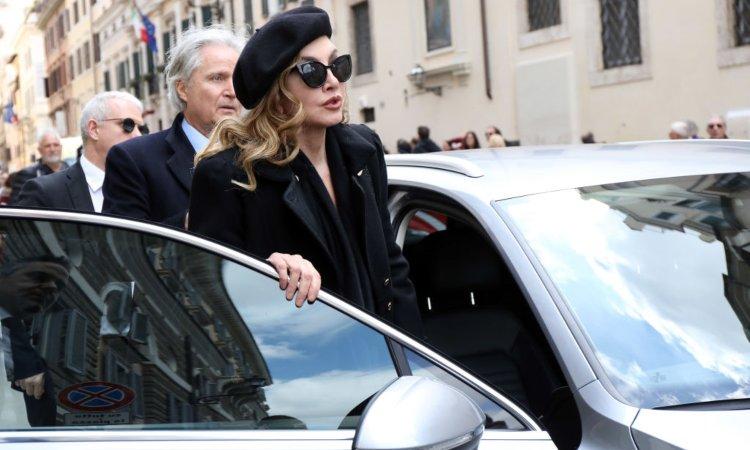 Milly Carlucci con occhiali scuri e cappello nero