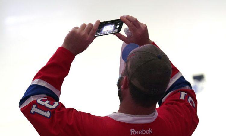 Un appassionato di NHL fa una foto dentro lo stadio del Montreal