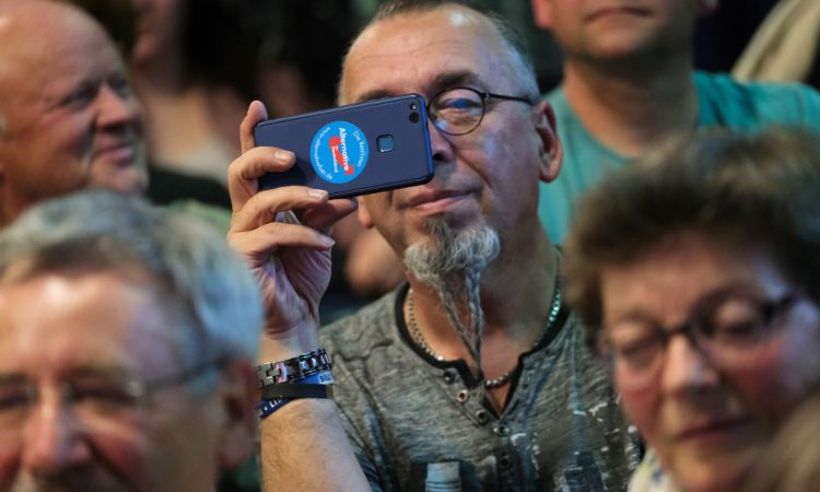 Un uomo mentre guarda il display del suo smartphone