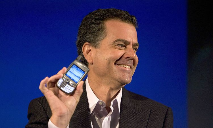 Un uomo con un cellulare in mano