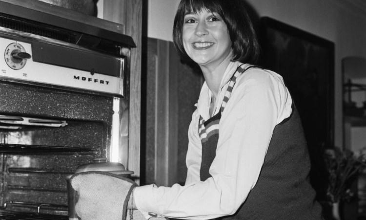 Una donna davanti a un forno