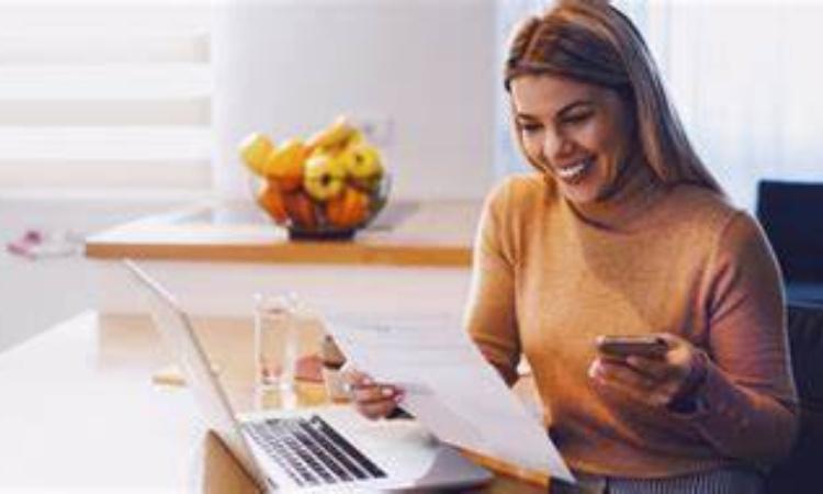 Una donna mentre guarda la bolletta
