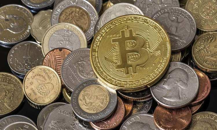 Una moneta dei Bitcoin spicca fra altre