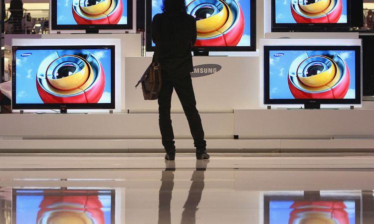 Una sala in cui sono esposte alcune tv
