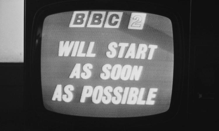 Una vecchia tv sintonizzata dulla BBC