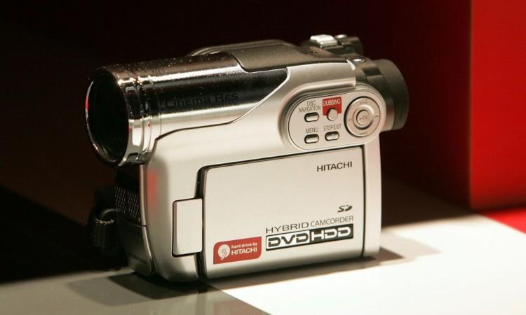 Una videocamera poggiata su un piano