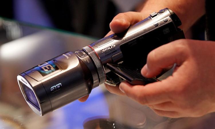 Una videocamera di ultima generazione fra le mani di una persona