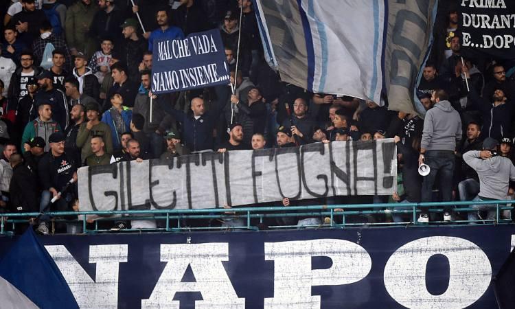 Una fotografia di uno striscione dei tifosi del Napoli