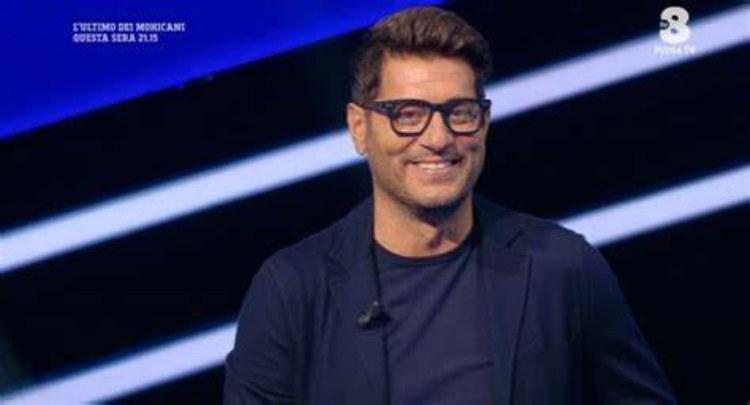 Enrico sorride occhiali neri