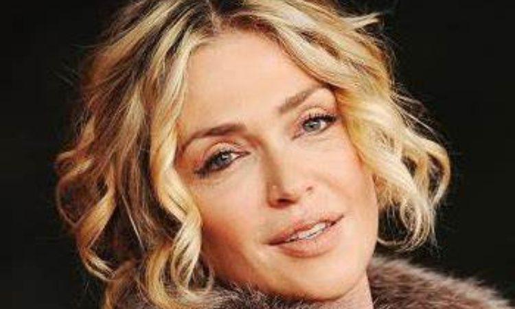 Paola Barale sorride