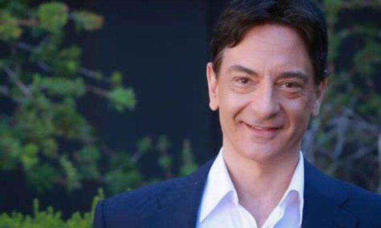 Paolo Fox sorride giacca blu