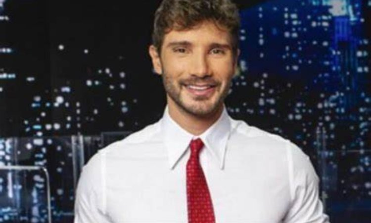 Stefano camicia bianca sorride