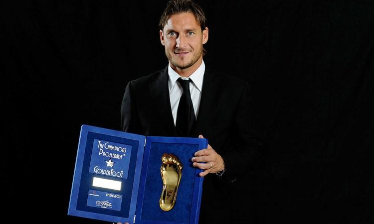 Francesco Totti e il suo premio del 'Golden foot awards'