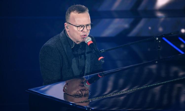 Gigi D'Alessio al pianoforte mentre canta