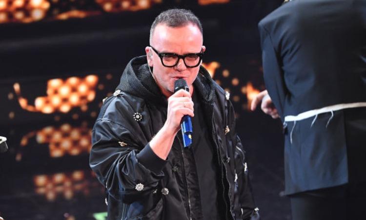 Gigi D'Alessio con un microfono in mano