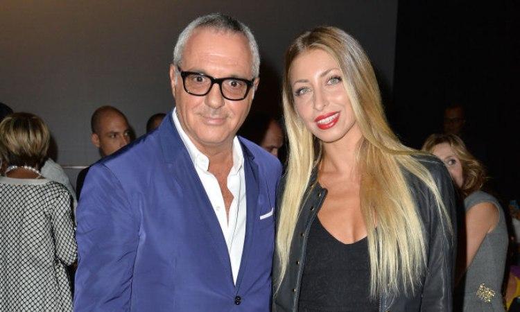 Panariello con una ospite della Milano Fashion week