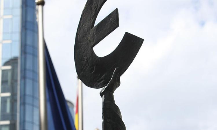 Una statua con il simbolo degli euro