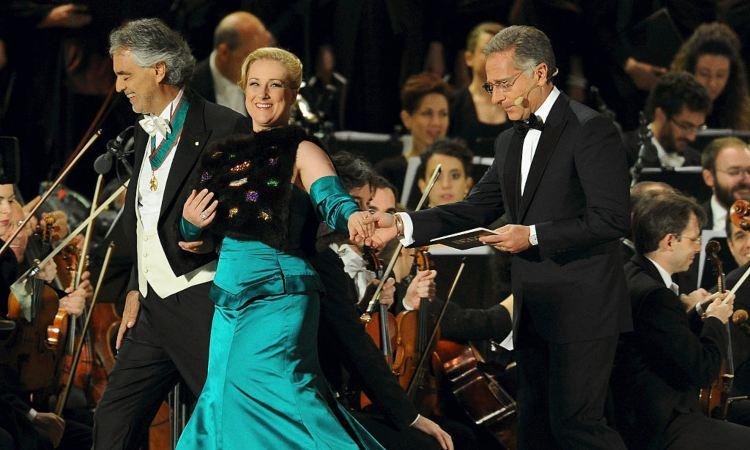 Bonolis e Bocelli sopra un palco
