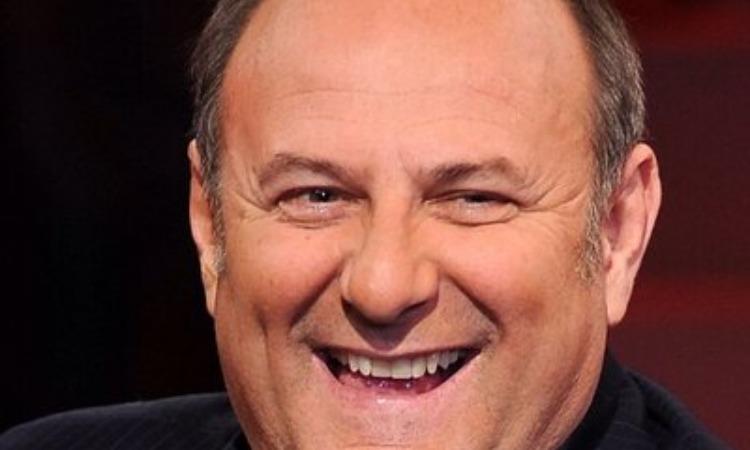 Gerry Scotti sorridente davanti le telecamere