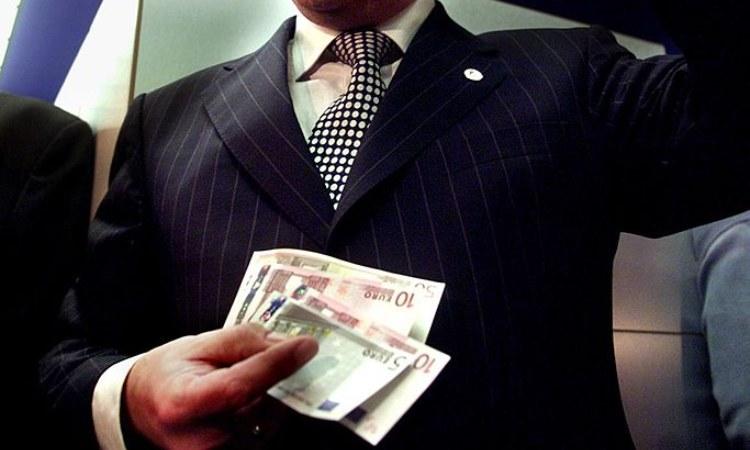 Un uomo tiene alcuni soldi tra le mani