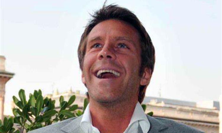 Emanuele sorride