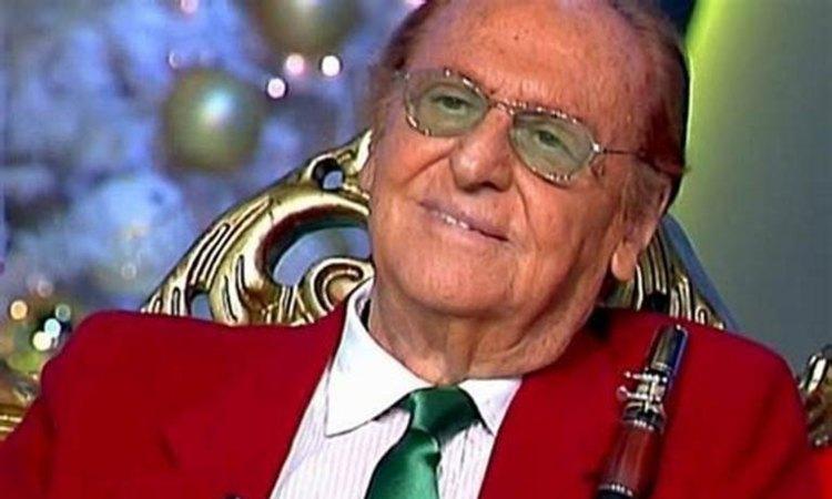 Renzo Arbore sorride occhiali verdi