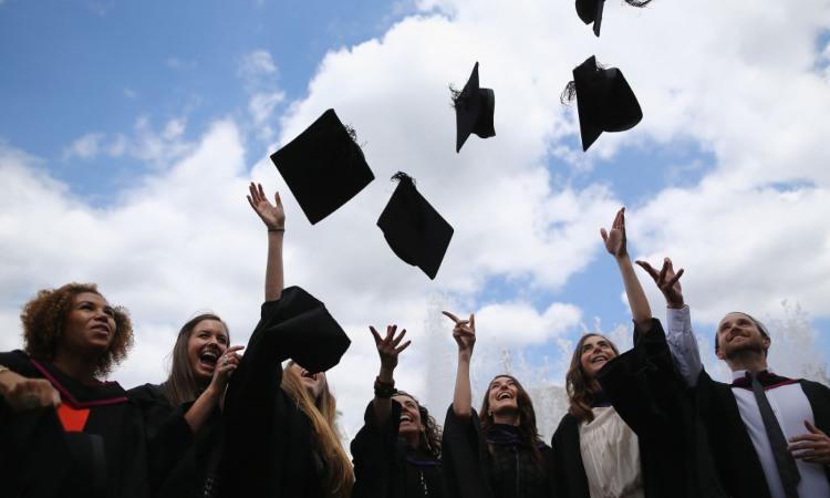 Alcuni studenti festeggiano la laurea