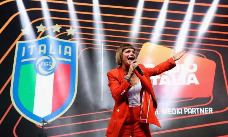 Alessandra Amoroso mentre canta una canzone