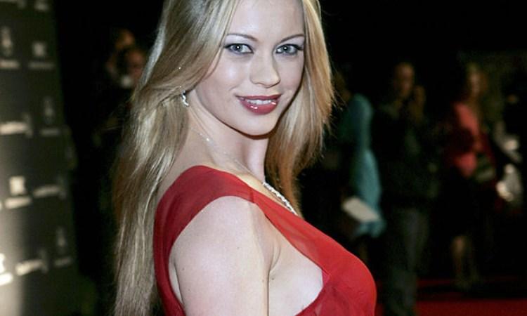 Anna Falchi in posa con vestito rosso e rossetto rosso