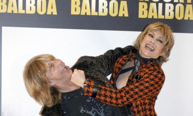 La coppia Russo-Turchi mentre scherza davanti i fotografi