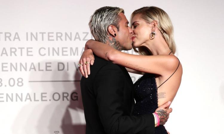 Fedez e Chiara Ferragni mentre si baciano