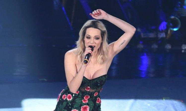 Laura Chiatti con un microfono in mano
