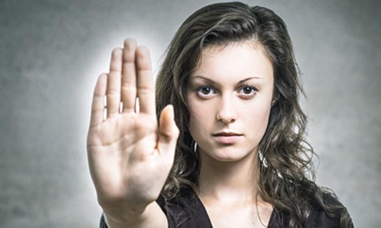 Una donna indica di fermarsi