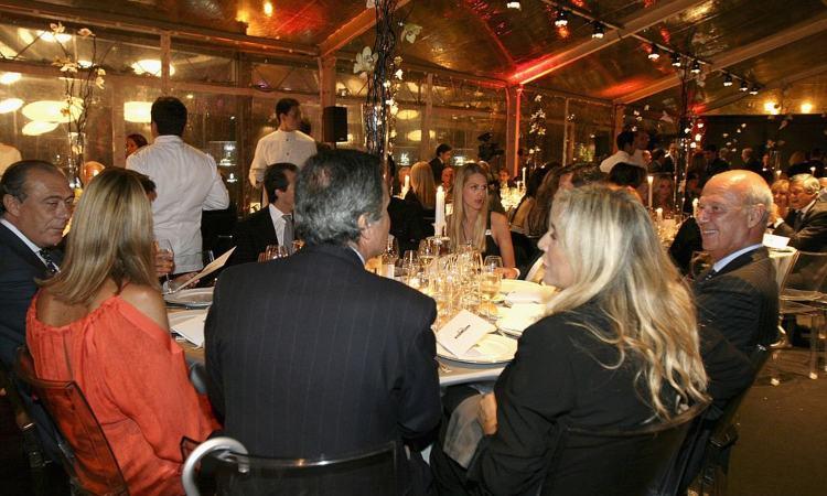 Mara Venier a cena con dei conoscenti
